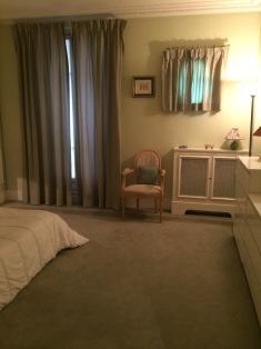 Avant = moquette et murs vert et blanc + rideaux en satin vert