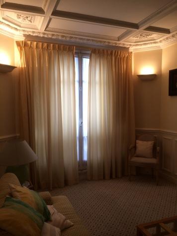 Avant = rideaux satin jaune, moquette et ivoire / coquille d'oeuf